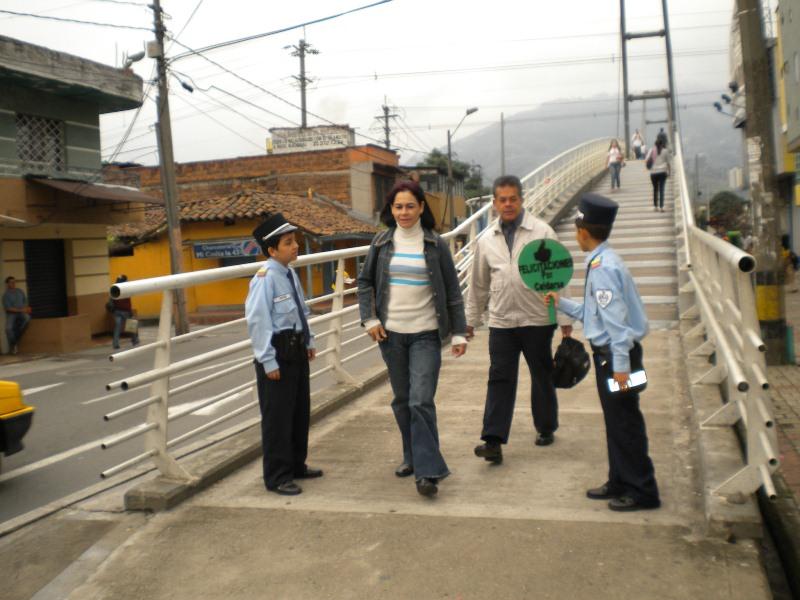niños patrulleros en puente