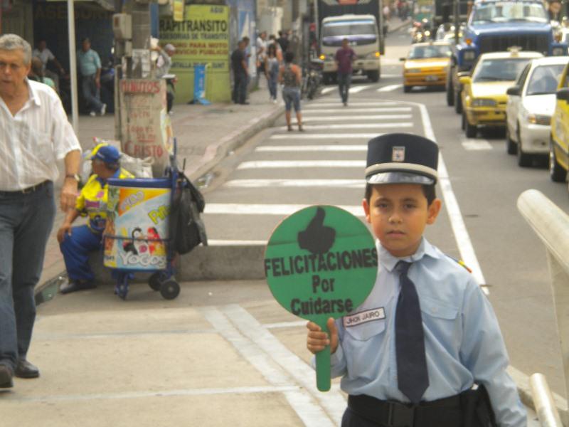 niño patrullero en la calle